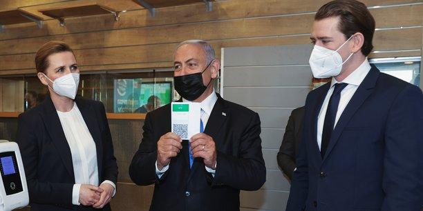 Le 4 mars 2021, lors de la visite de la Première ministre danoise Mette Frederiksen et du chancelier autrichien Sebastian Kurz venus nouer une alliance dans la recherche et la production de vaccins, le Premier ministre israélien Benjamin Netanyahu présente le «Green Pass» qui accorde certains privilèges à ceux qui ont reçu les deux doses du vaccin contre le Covid-19 ou qui se sont remis de la maladie (photo prise à Modiin, Israël).