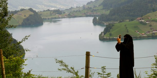 La dissimulation du visage interdite par referendum en suisse[reuters.com]