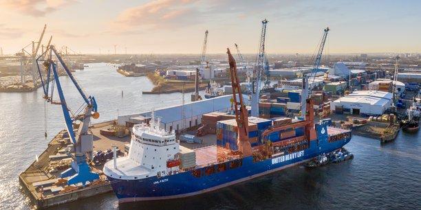 Déchargement à Hambourg du porte-conteneurs de la United Heavy Lift affrété par Geodis