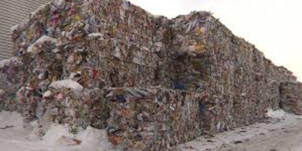 Faute de trouver preneur sur un marché européen excédentaire de huit millions de tonnes , les centres de collecte croulent sous des tonnes de papier depuis que la Chapelle Darblay a stoppé ses machines l'été dernier.
