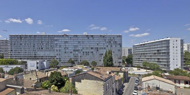 530 logements du quartier du Grand Parc, à Bordeaux, ont été rénovés par Anne Lacaton et Jean-Philippe Vassal qui y ont ajouté des balcons larges et lumineux.