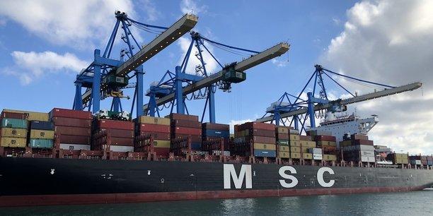 Un navire en plein chargement, ce vendredi, au port du Havre.