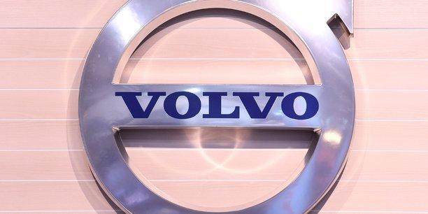 Volvo chute apres un avertissement sur la penurie de puces[reuters.com]