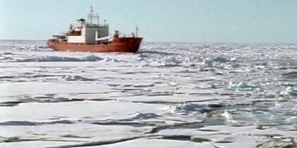 Photo illustrant les ambitions géostratégiques de la Russie dans l'Arctique: le navire de recherche russe Akademik Fyodorov en mission dans l'océan Arctique en 2007, avec à son bord deux mini-submersibles chargés de planter le drapeau russe au fond de l'océan Arctique sous le pôle Nord, dans une action de revendication symbolique de la propriété de cette zone riche en ressources.