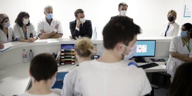 Emmanuel Macron et le ministre de la Santé Oliver Véran, lors d'une visite à l'hôpital de Saint-Germain-en-Laye le 17 mars. Pour les jours qui viennent, nous allons regarder l'efficacité des mesures de freinage et nous prendrons si nécessaire celles qui s'imposent, indiquait vendredi dernier le président.