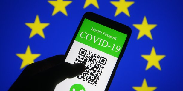 La mise en place d'un tel passeport numérique en Europe serait plus simple qu'aux Etats-Unis: en effet, les systèmes de santé généralement publics des pays européens centralisent déjà des données sanitaires, alors qu'aux Etats-Unis, où le système de santé est essentiellement privé et où chaque Etat a ses services sanitaires, tout est fragmenté.