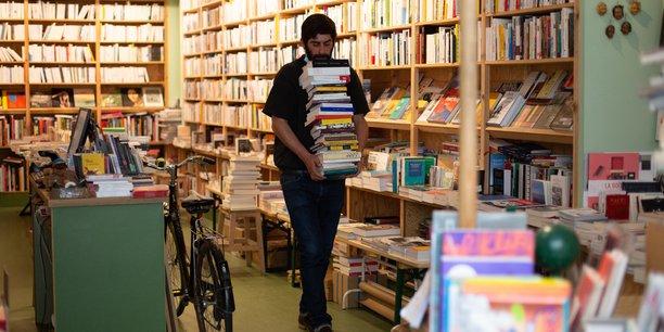 La fermeture des librairies à deux reprises en 2020, au printemps et à l'automne, a entraîné des reports de parution, provoquant un embouteillage en 2021. Si se faire publier est toujours difficile pour un débutant, c'est devenu encore plus compliqué. Photo d'illustration: un libraire seul dans sa librairie fermée à Paris, le 4 mai 2020.