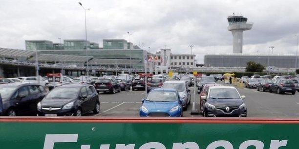 Europcar vient d'annoncer que son chiffre d'affaires avait été quasiment divisé par deux en 2020 (-45%), à 1,7 milliard d'euros. Au quatrième trimestre, l'activité a frémi pendant quelques semaines avant que la deuxième vague de Covid-19 n'empêche le loueur, comme tout le secteur du tourisme, de redresser la barre.