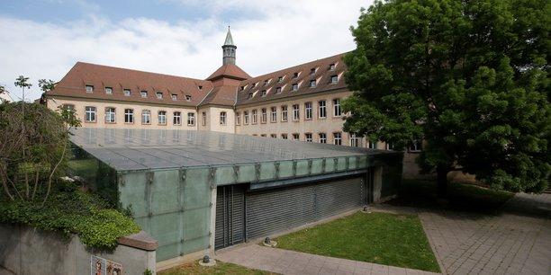France: macron remplace l'ena par un institut du service public[reuters.com]