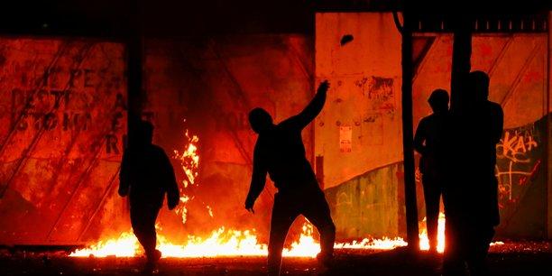 Des émeutiers lancent des cocktails molotov sur le mur de la paix dans Lanark Way alors que les manifestations post-Brexit se poursuivent à Belfast, en Irlande du Nord, le 7 avril 2021.
