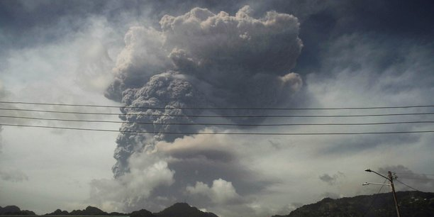 L'ile de saint-vincent sous les cendres apres une eruption volcanique[reuters.com]