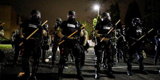 Usa: troubles pres de minneapolis apres qu'un policier a abattu un homme noir[reuters.com]
