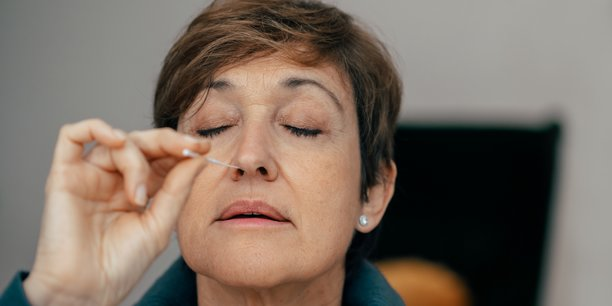 Les autotests nasaux, homologués par la Haute Autorité de Santé (HAS) à compter de ce lundi se veulent moins invasifs et douloureux que leurs homologues, les tests nasopharyngés, avec toutefois une sensibilité inférieure (d'au moins 80% a fixé le ministère de la Santé). Il faudra toutefois attendre pour en trouver dans les rayons...