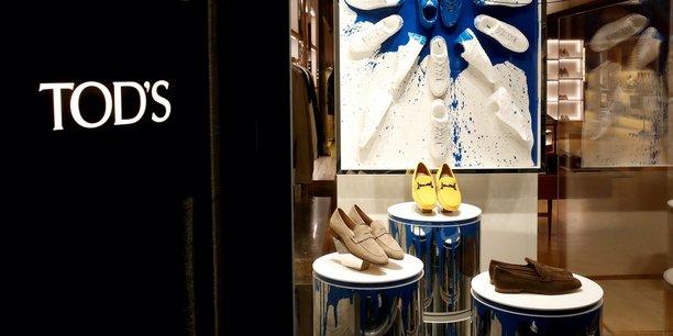 La région des Marches est connue comme la Mecque de la chaussure pour homme, grâce à la présence d'un millier d'entreprises qui assurent environ 30% de la production nationale : on y trouve des marques mondialement connues comme Tod's, Santoni, Franceschetti e Cesare Paciotti, mais aussi des entreprises familiales qui produisent entièrement à la main des chaussures de luxe, telles que la maison Lattanzi.