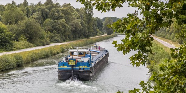 Le gabarit des péniches est limité à 650 tonnes sur l'amont de la Seine navigable, jusqu'à Nogent-sur-Seine.