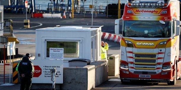 L'accord de retrait prévoit que l'Irlande du Nord reste dans le marché unique européen, ce qui signifie que les contrôles douaniers et sanitaires sont placés entre la province britannique et le reste du Royaume-Uni depuis le 1er janvier. Cette solution provoque le mécontentement des unionistes qui dénoncent une frontière en mer d'Irlande (eux voulaient une frontière entre l'Irlande du Nord et la République d'Irlande).