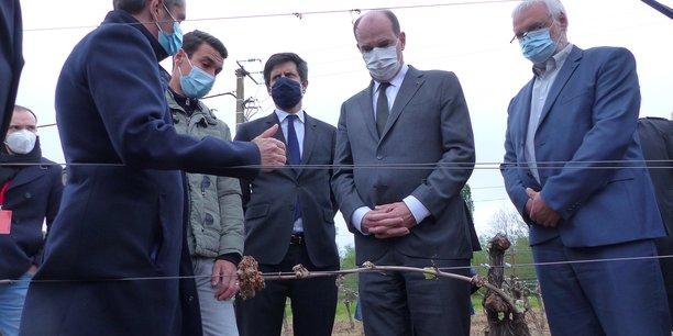Le Premier ministre Jean Castex et le ministre de l'Agriculture Julien Denormandie dans les vignes gelées de l'Hérault, le 17 avril 2021.