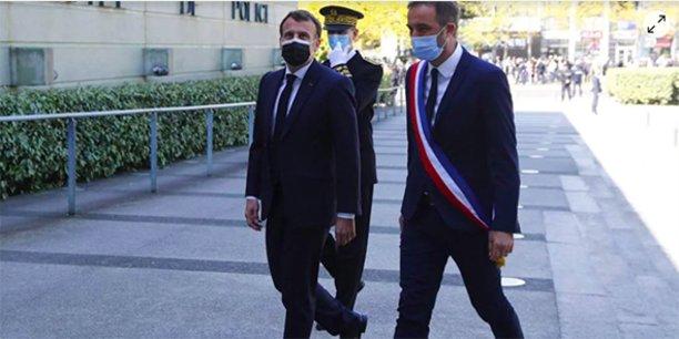 Emmanuel Macron, en visite à l'Hôtel de police de Montpellier, aux côtés de Michaël Delafosse, maire de Montpellier, le 19 avril 2021.