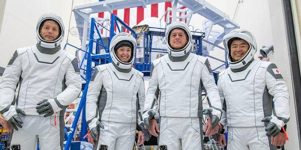 Les quatre membres de l'équipe Crew 2 sont (de gauche à droite) le Français Thomas Pesquet, 43 ans, de l'Agence spatiale européenne (European Space Agency, ESA); deux astronautes de la Nasa dont la pilote Megan McArthur, 49 ans et le commandant de la mission, Shane Kimbrough, 53 ans ; l'astronaute japonais Akihiko Hoshide, 52 ans, de la Japan Aerospace Exploration Agency (Jaxa).