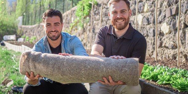 Ces tapis de paillage, 100% naturels et biodégradables, seront fabriqués à partir de cheveux collectés chez les coiffeurs ayant déjà rejoint la démarche Capillum, et de laine issue du recyclage.