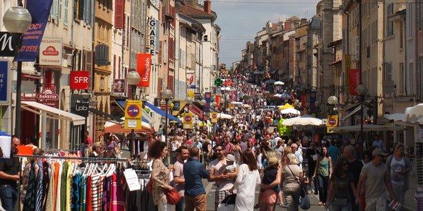Selon un palmarès des centres-villes dynamiques réalisé par l'association d'élus Villes de France et la jeune pousse MyTraffic. le centre-ville de Villefranche-sur-Saône (Rhône) est la première ville moyenne dont la fréquentation a le mieux résisté à la période du Covid-19.