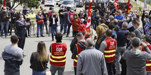 Le sénateur de Seine-Saint-Denis, Fabien Gay, ce mardi au milieu des manifestants (à gauche) de Magna Powertrain Bordeaux.