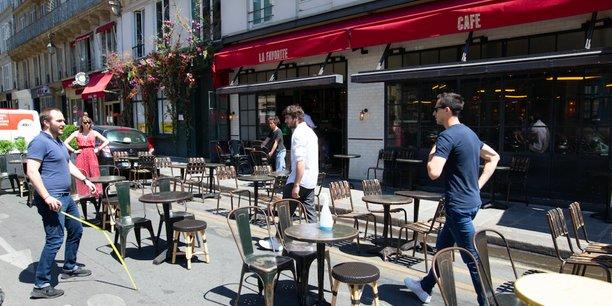 A Paris, une métropole à forte densité, réglementer cette cohabitation entre terrasse éphémère, voisins, professionnels et impératifs d'urbanisme tourne parfois au casse-tête.