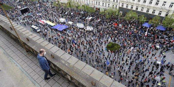 Des milliers de tcheques manifestent contre la position jugee pro-russie du president[reuters.com]