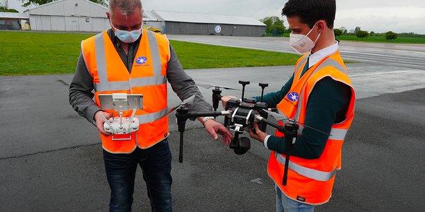 « Nous avons équipé nos drones de capteurs 5G et 4G qui permettent quel que soit la distance, de voir ce que voit le drone, d'entendre ce qu'entend le drone, d'avoir un suivi sur une cartographie, mais surtout de pouvoir prendre le contrôle du drone où que vous soyez, sans limite de distance », explique Laurent Byrs.