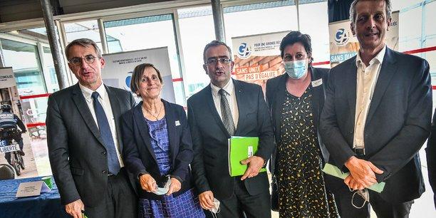 Jacques Breillat au centre, entouré de candidats de la droite et du centre.