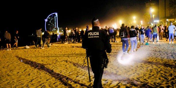La police disperse la foule a barcelone qui fete le deconfinement[reuters.com]