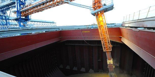 Chargement d'une cargaison de blé sur un navire dans le port de Rouen