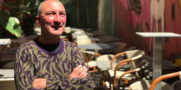 Michel Hermet, patron du Wine Bar Le Cheval blanc à Nîmes, attend les clients avec impatience.