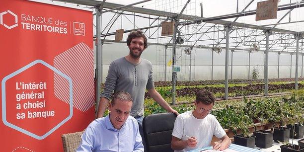 Patrick Martinez et Thomas Boisserie, en train de signer, et à l'arrière-plan Clément Follin-Arbelet.