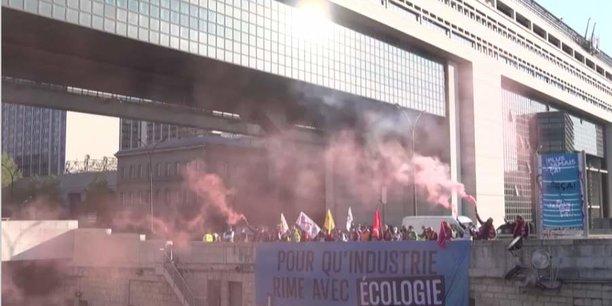 Syndicats et ONG ont manifesté fin avril devant le ministère de l'économie pour la survie de la papeterie UPM, connue sous le nom de Chapelle Darblay.