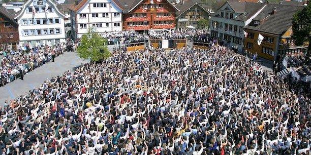 Les citoyens du canton d'Appenzell Rhodes-Intérieures votent à la traditionnelle Landsgemeinde sur la place de la ville d'Appenzell, Suisse, le 28 avril 2002. La Landsgemeinde, ancienne incarnation de la démocratie directe suisse dans laquelle les citoyens se réunissent une fois par an pour voter dans les affaires cantonales par lever la main, a lieu le dernier dimanche d'avril.