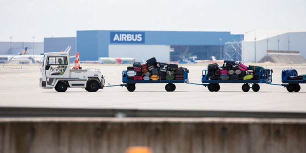 8.000 emplois seraient menacés rien qu'à l'aéroport de Toulouse-Blagnac parmi les bagagistes, les prestataires de restauration aérienne et les personnels de sûreté d'après l'Association des métiers de l'aéroportuaire.