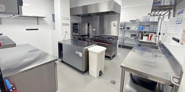 Livrer une cuisine dans laquelle n'importe quel chef pourrait travailler, selon les dernières normes ? C'est le pari de l'incubateur lyonnais Food'Lab, qui souhaite cependant proposer ses espaces refaits à neuf à des concepts de dark kitchen, spécialisés dans la livraison à domicile, de marques uniquement présentes en ligne.