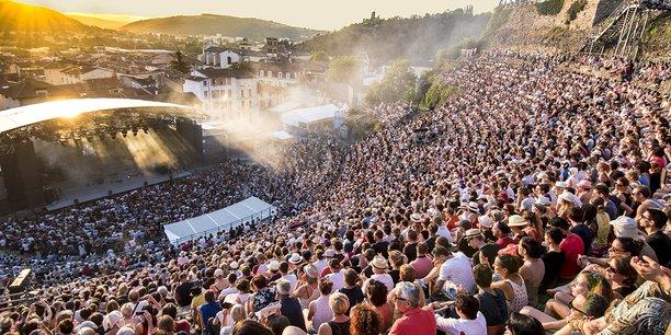 Après une édition 2020 annulée, le festival musical de plein air de Jazz à Vienne pourra retrouver ses spectateurs pour célébrer son 40e anniversaire. Avec une année de retard et quelques contraintes additionnelles, puisque sa jauge sera réduite 3.700 personnes, puis 5.600 dès le 29 juin.