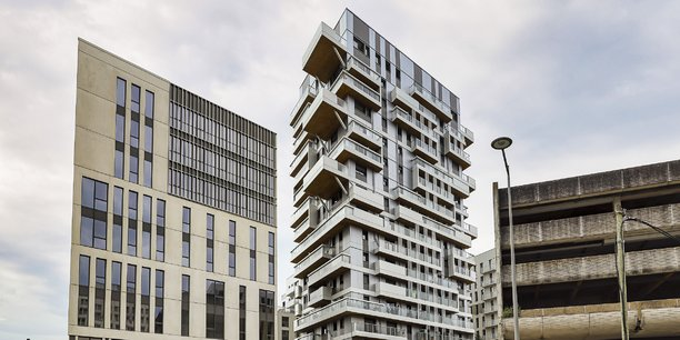 La tour Hypérion, au centre, entre un immeuble de bureaux et l'ancien centre de tri postal à Bordeaux Euratlantique, quartier Armagnac.