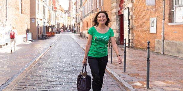 La socialiste Carole Delga, dans les rues de Toulouse, au lendemain de sa victoire au premier tour des élections régionales en Occitanie.