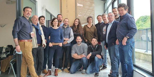 Nicolas Rabuel (à genou à droite) et l'équipe de la société coopérative ielo qui développe l'usage de la paille hâchée comme isolant