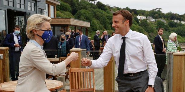 La présidente de la Commission européenne Ursula von der Leyen (ici, en Cornouailles le 11 juin dernier, avec Emmanuel Macron, lors du G7 de Carbis Bay) s'est lancée dans une tournée européenne pour appuyer de sa présence la validation de chacun des plans de relance nationaux.