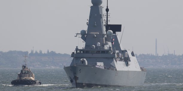 Crimee: la russie dit avoir tire des coups de semonce contre un destroyer britannique[reuters.com]