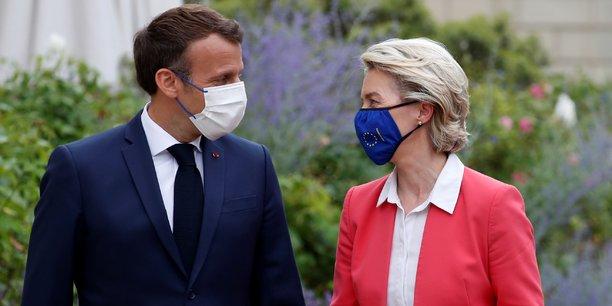Ce plan va accélérer la transition verte et économique sur tout le territoire et va financer une grande vague de rénovation énergétique, y compris pour les logements sociaux a estimé Mme von der Leyen, à droite sur la photo, en compagnie du président Emmanuel Macron, le 23 juin à l'Élysée.