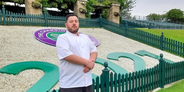 Originaire de La Rochelle, Fabrice Courjeau est chef du restaurant Royal Box. sur le prestigieux site de Wimbledon où le tournoi du Grand Chelem se tiendra du 28 juin au 11 juillet 2021.