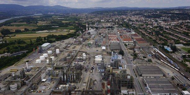 Le site de Roussillon du chimiste lyonnais Seqens, qui emploie déjà 200 personnes afin de produire près de 70.000 tonnes d'alcool isopropylique, nécessaire entre autres à la composition des gels hydroalcooliques et désinfectants, devait également accueillir d'ici 2023 une nouvelle unité de production de paracétamol, destinée au marché européen. Un projet déjà acté selon le groupe, et qui ne serait pas menacé par le changement de propriétaire.
