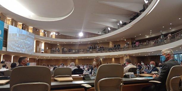 Laurent Wauquiez dans l'hémicycle avant de retrouver son siège de président. Il aura finalement été réélu, sans surprise, avec une majorité de 134 voix sur 204.