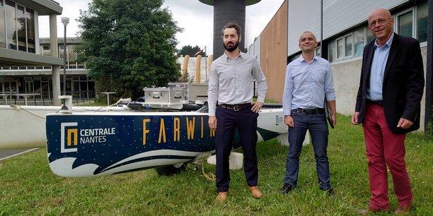 Felix Gorintin, directeur opérationnel, Aurelien Babarit et Arnaud Poitou, co-fondateurs de Farwind Energy, devant la plateforme de Hobbie cat de 5,5 mètres, utilisée comme démonstrateur pour simuler les conditions de navigation d'un navire de 80 mètres, à l'échelle 1:14eme.