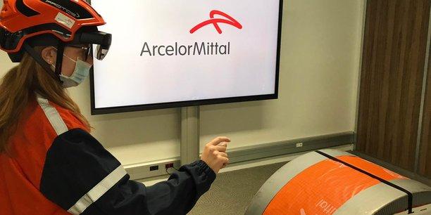 Une opératrice d'ArcelorMittal réalise le contrôle qualité d'une bobine d'acier grâce aux outils fournis par la PME Immersion.